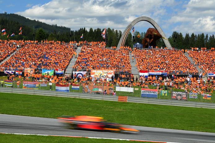 Max Verstappen scheurt voorbij de tribune vol met fans op de Red Bull Ring in Oostenrijk.