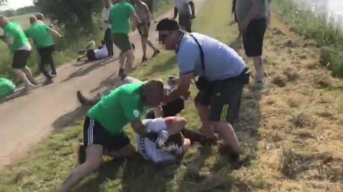 Een hooligan van Zwolle slaat in op een Duitse hooligan tijdens het afgesproken gevecht in Laag Zuthem.