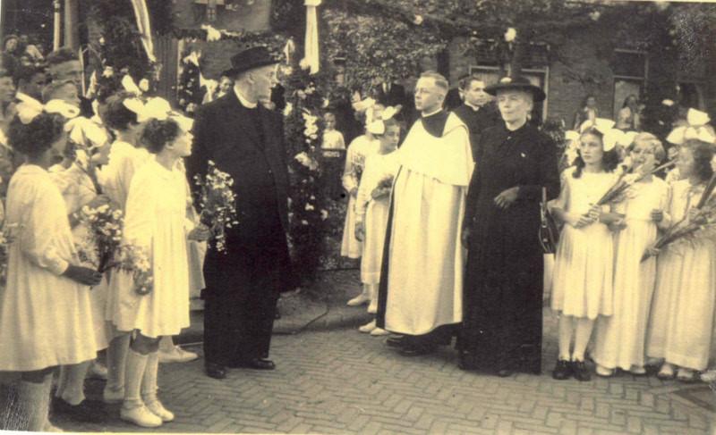 Pater Velthuis met zijn moeder en links Scheepers bij het ouderlijk huis