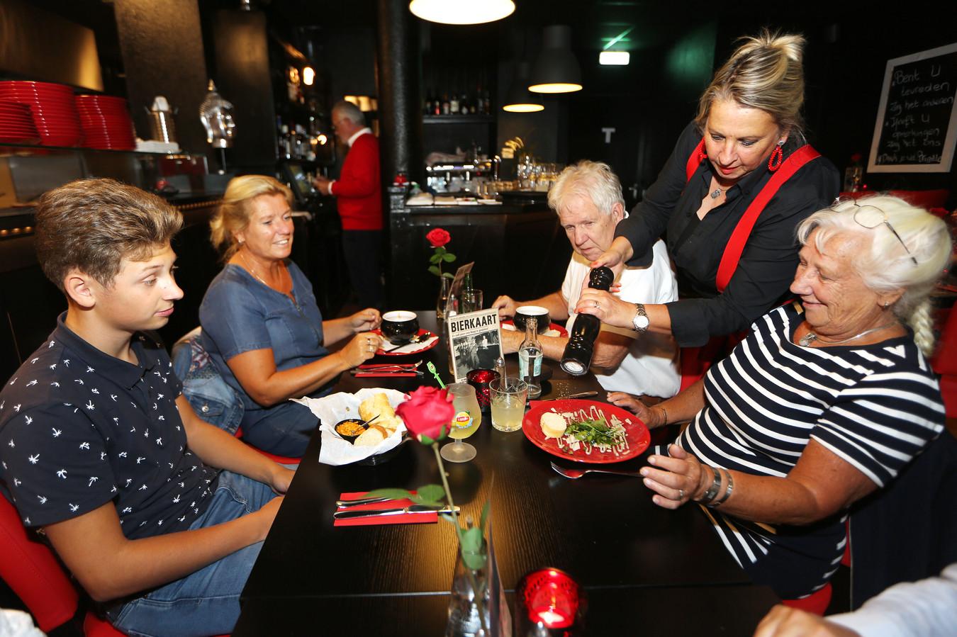 Brigitte Vink voorziet de carpaccio van wat extra peper op verzoek.