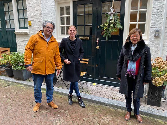 Ambassadeur Colakovic (r.) met, op 1,5 meter afstand, haar overburen George en Helene Etty