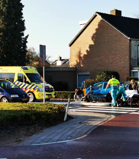 Fietsster met hoofdwond naar het ziekenhuis na botsing op rotonde in Zevenaar