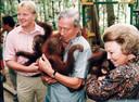 Toenmalig prins Willem-Alexander, Prins Claus en Koningin Beatrix adopteren een orang-oetan tijdens hun bezoek aan Indonesië.