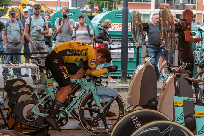 Dylan Groenewegen bezig aan de opwarming in Yerseke. Bij de start zijn renners doorgaans langer te zien dan na een finish.