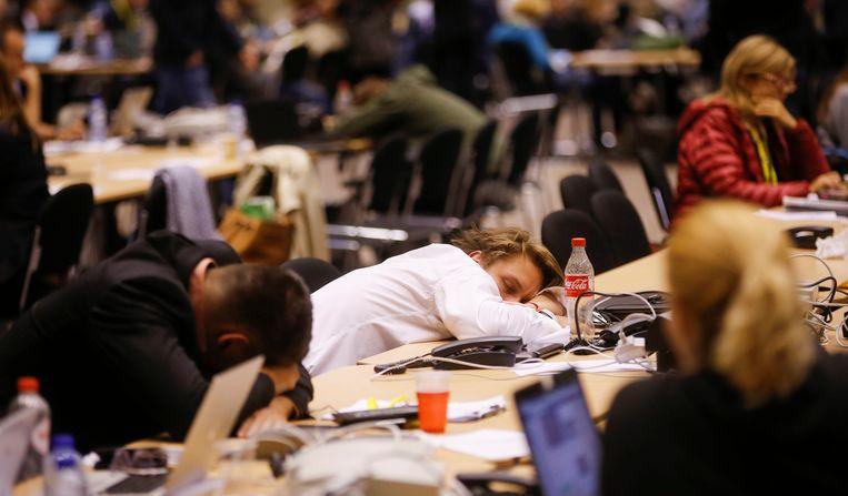 Journalisten wachten op het einde van de eurotop in Brussel. Beeld epa