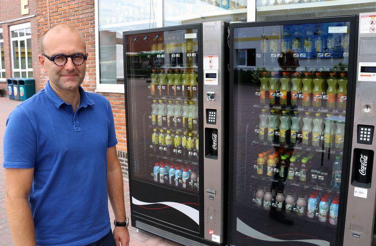 Directeur Mario Hannes bij de frisdrankautomaten, die enkel tussen 12 en 14u en na 15.30 uur werken.