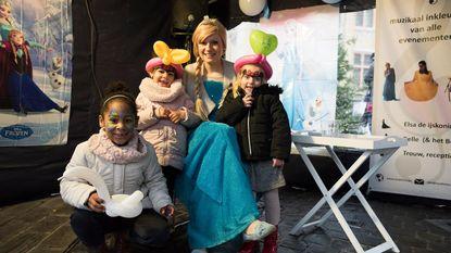 Elsa uit Frozen brengt een bezoek aan kerstmarkt