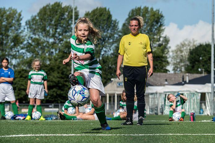 Op sportpark De Elskens is de jaarlijkse jeugdvoetbalweek weer begonnen.