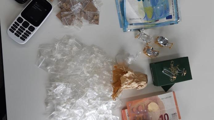 De gevonden spullen van de gepakte drugsdeal-verdachte.