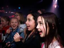 Zingen en dansen bij Kinderdisco in Zeist