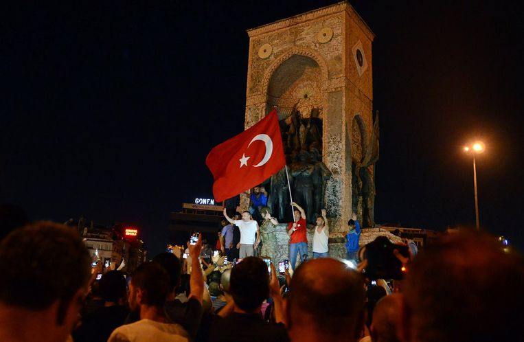 Een rechtbank in Ankara heeft vandaag 74 mensen veroordeeld tot levenslange celstraffen, voor hun betrokkenheid bij de mislukte staatsgreep in 2016.
