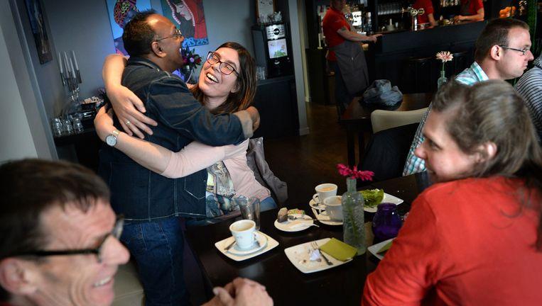 Benjamin en Anouk omhelzen elkaar in café Downtown in Breda. Als 'goede vrienden', want Benjamin gaat met Tanya. Rechts zit Stan (met turkooizen ruitjeshemd en bril) en tegenover hem in het rood Kathy. Beeld null