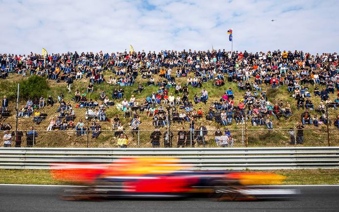 Max Verstappen schiet voorbij de fans op het circuit van Zandvoort tijdens de Jumbo Racedagen