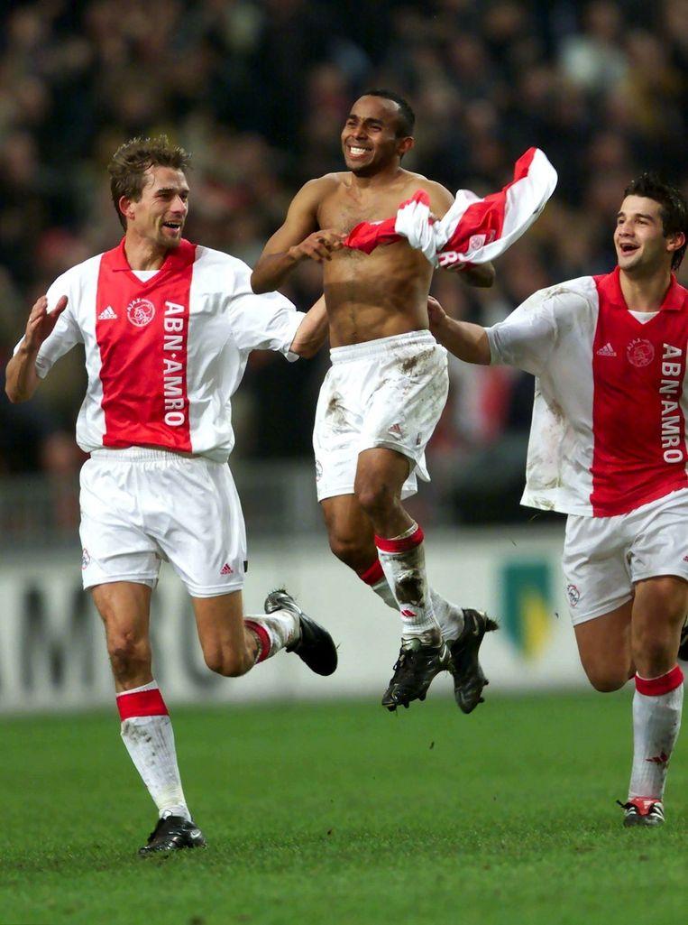 Wamberto viert zijn doelpunt (de 3-2) tegen FC Twente in 2001. Links van hem Andre Bergdolmo, rechts van hem Christian Chivu. Beeld Marcel Antonisse