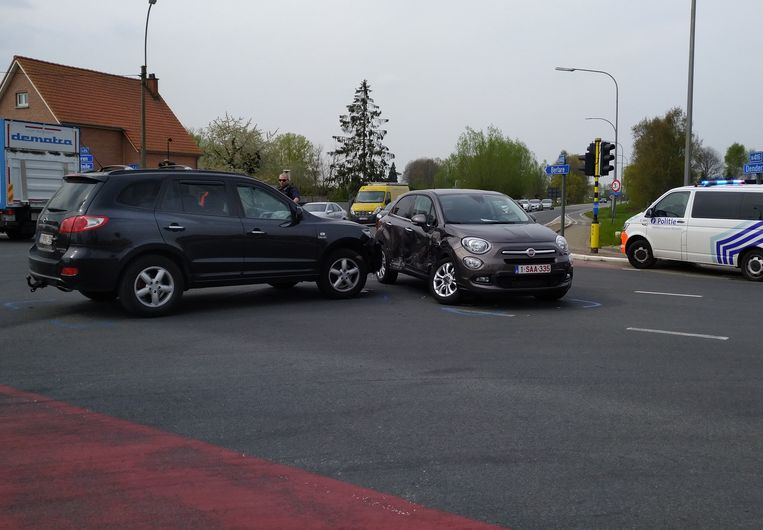 Twee wagens reden op elkaar in op het kruispunt Moleken in Wichelen.