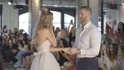 Bruidsmodel krijgt de verrassing van haar leven op de catwalk