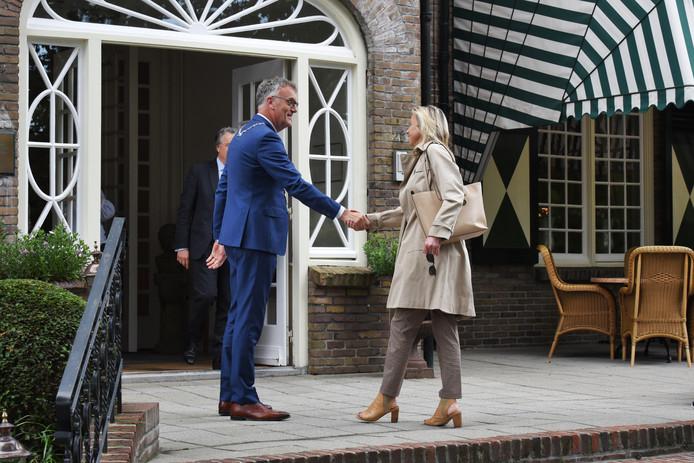 Burgemeester Hans Janssen verwelkomt minister Kasja Ollongren (Binnenlandse Zaken en Koninkrijksrelaties) op de jaarlijkse heidag van het kabinet, in Oisterwijk,