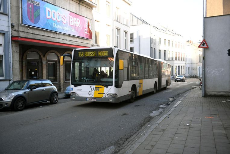 Een lijnbus rijdt door de Brusselsestraat. Dit beeld suggereert geenszins dat deze chauffeur te snel zou rijden.