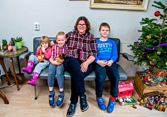 Netty Dijkstra met haar drie kinderen: Jozef (9) is zwaar autistisch. Zijn broertje Boaz (7) kampt met een lichte vorm van autisme. Dochter Koosje van 3 is gezond.