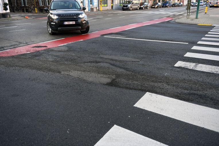 Op het kruispunt van Stationsstraat en de Leuvensesteenweg in Kortenberg ligt het pas vernieuwde asfalt er alweer slecht bij.