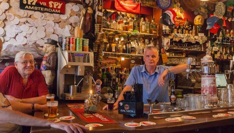 Louis van Hamelsveld in zijn kroeg Beeld Café de Dam
