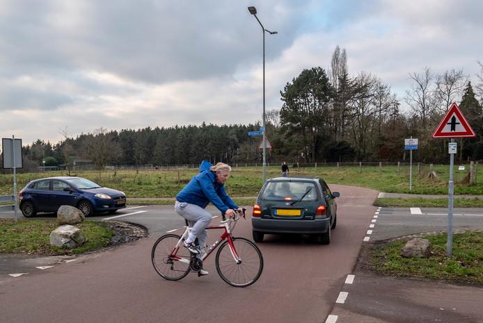 De kruising in Molenhoek (Ringbaan / Middelweg) waar het snelfietspad overheen gaat richting Mook en straks als de fietsbrug klaar is richting Cuijk.