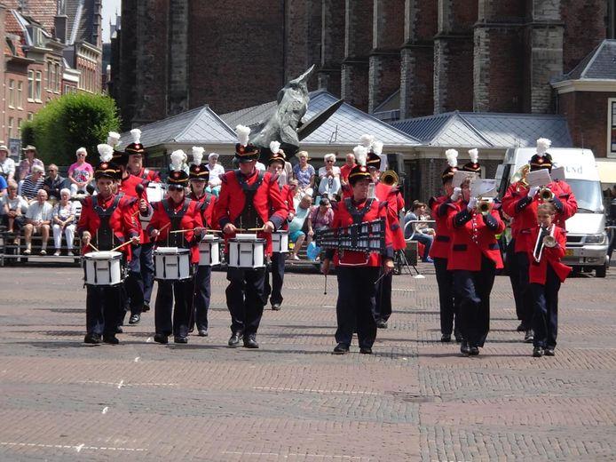De drumband op de grote markt in Haarlem.