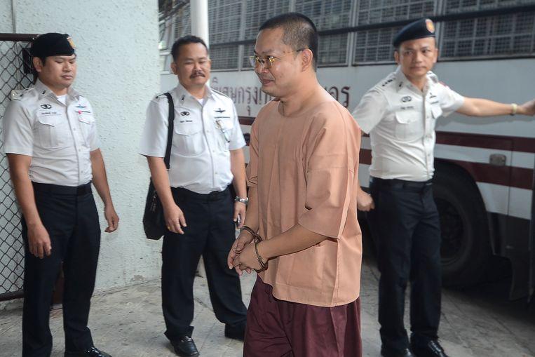 Ex-monnik Wirapol Sukphol bij zijn aankomst in de rechtbank in Bangkok.