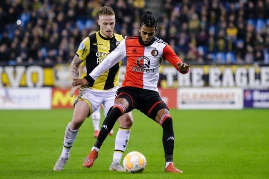 Alexander Büttner duelleert met Jeremiah St. Juste van Feyenoord.