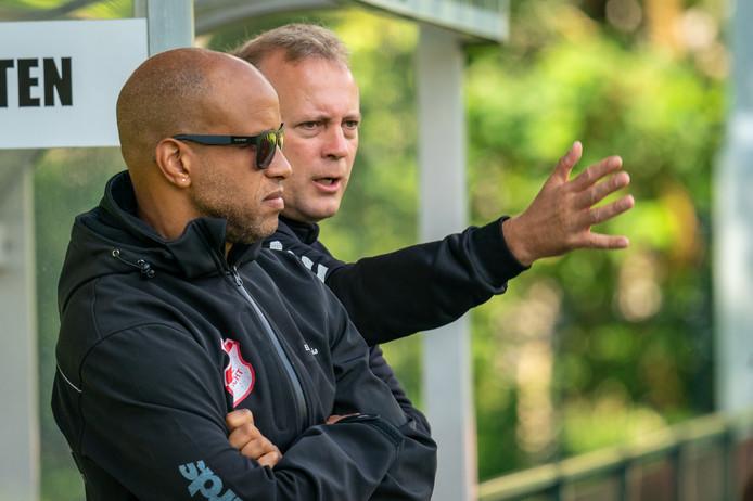 Rene Knuiman, trainer van Jonge Kracht in gesprek met assistent Ellis Orgenia.