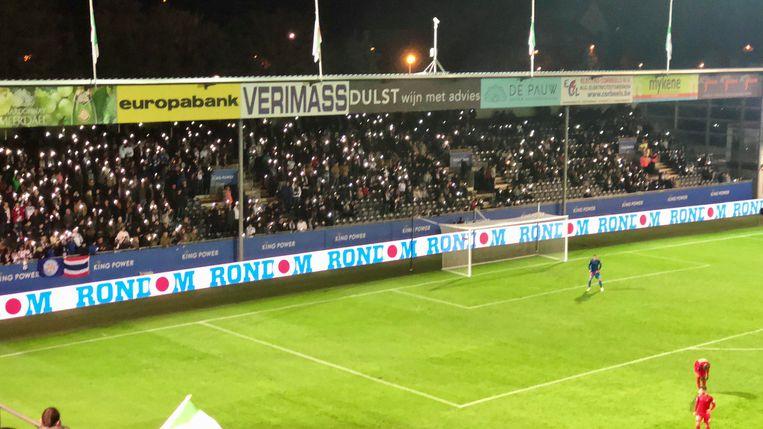 In de zestigste minuut ging het licht uit in tribune 4 en schenen de supporters met het licht van hun gsm.