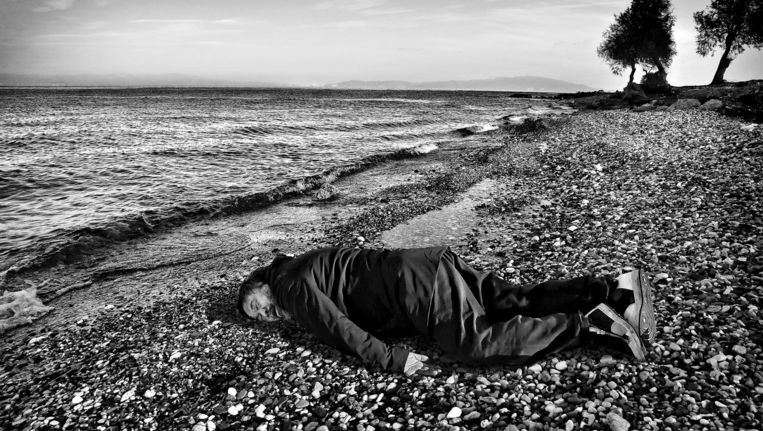 Kunstenaar Ai Weiwei poseert op het Griekse eiland Lesbos. Beeld AP