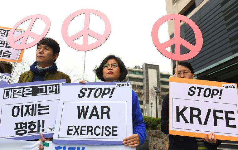 Anti-oorlogbetogers vragen dat de militaire oefeningen afgevoerd worden.