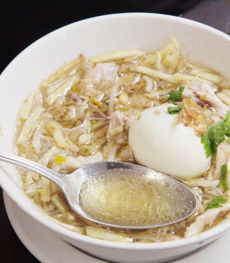 Deze Surinaamse kippensoep (met Indonesische roots) staat bekend om de smaakvolle bouillon
