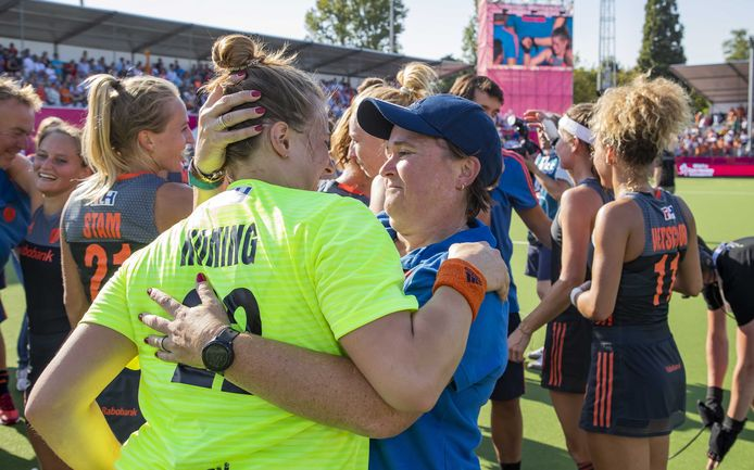 Coach Alyson Annan met keeper Josine Koning.