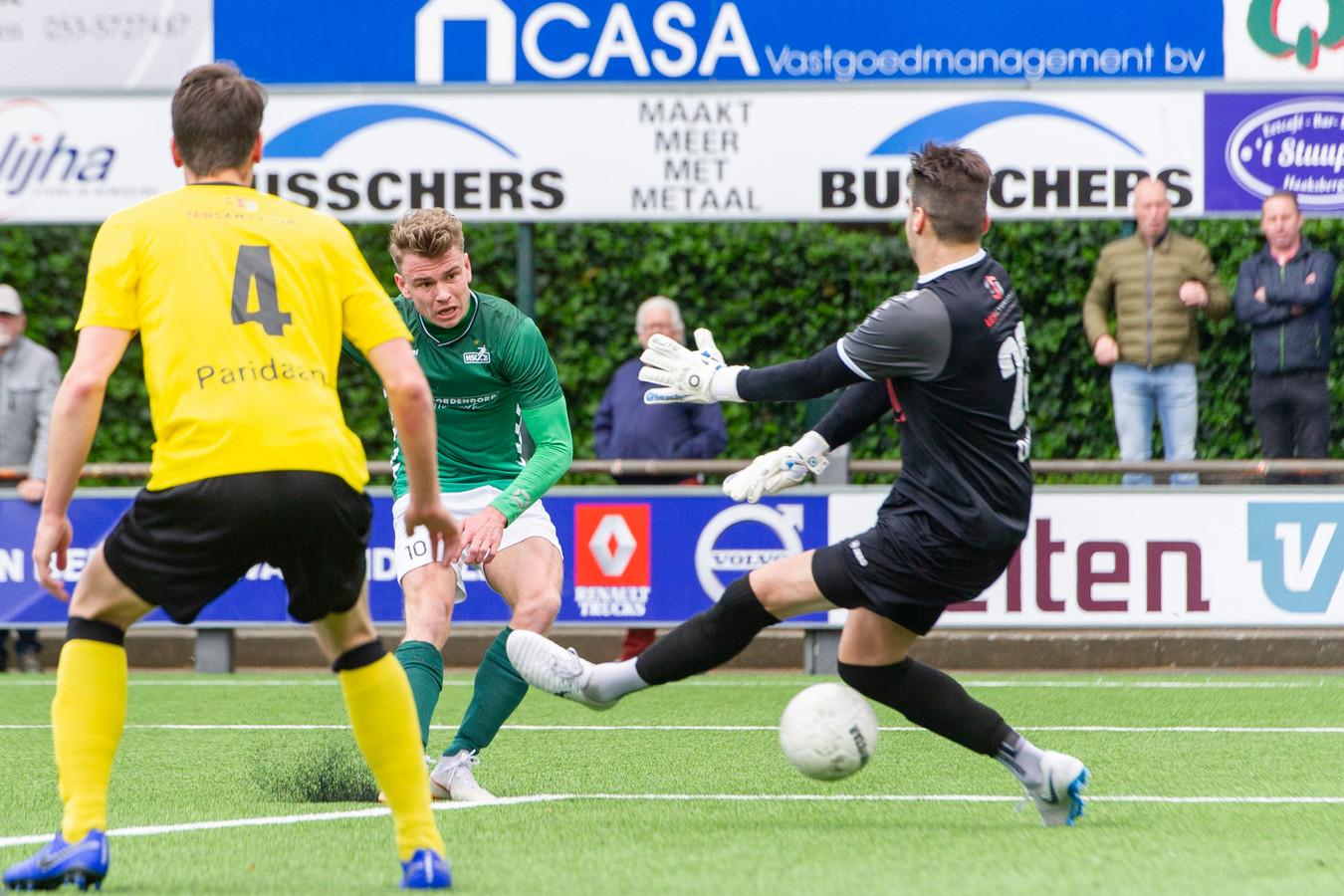 Bas ter Hogt haalt doeltreffend uit voor HSC'21 tegen UNA: 1-0. Het bleek de winnende treffer voor de derdedivisionist uit Haaksbergen.