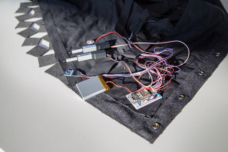 De verzameling kleine apparaatjes van het vest, met elkaar verbonden door gekleurde elektriciteitsdraadjes. Beeld Pauline Niks