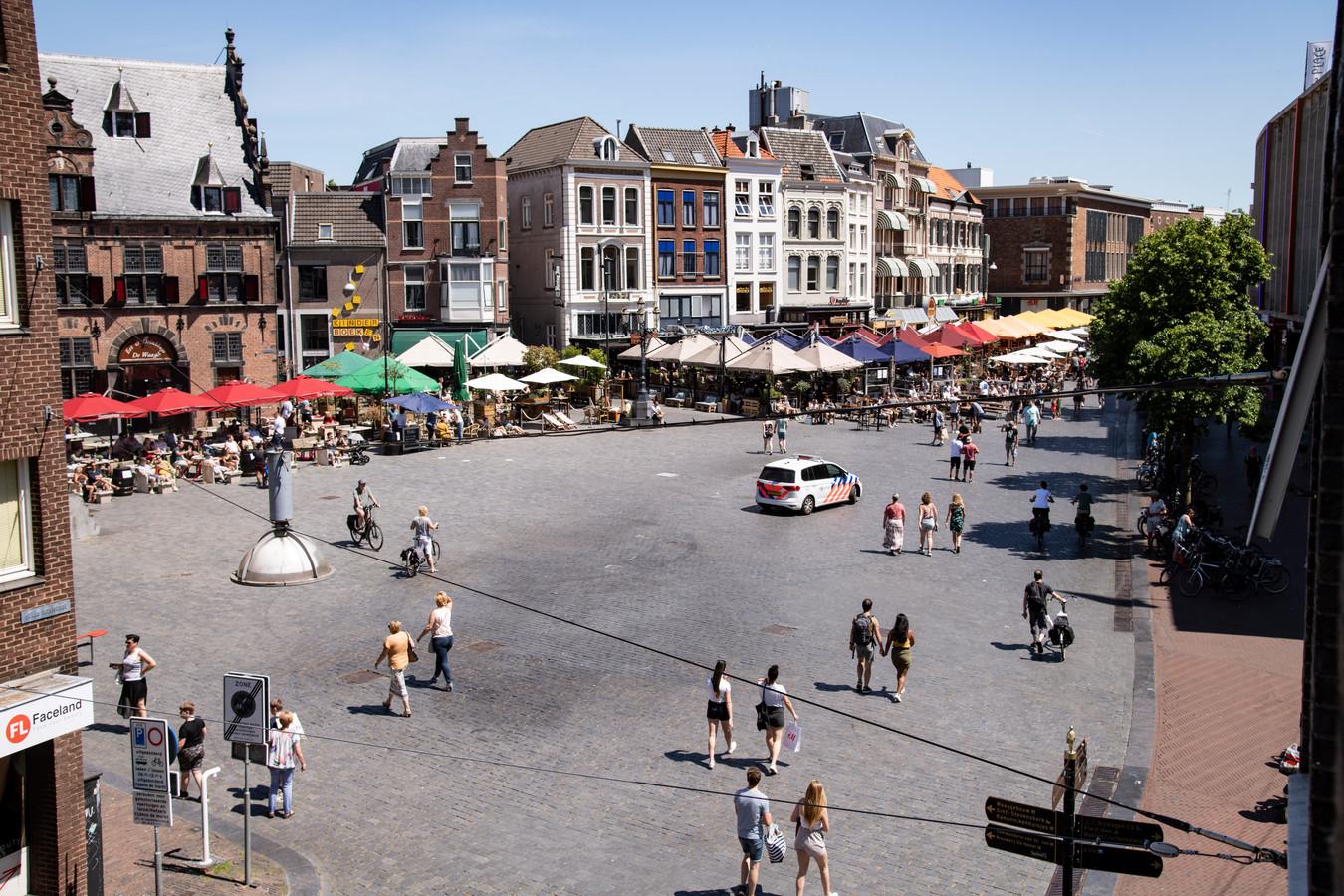 PR dgfoto Gelderlander Nijmegen: corona, 1 juni 12:00 uur, de terassen gaan weer open. [OP DE FOTO: EN BEHOORLIJKE DRUKTE OP DE GROTE MARKT. DE POLITIE HOUDT EEN OOGJE IN HET ZEIL]