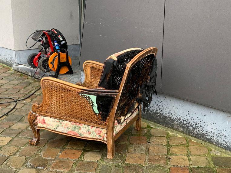 Deze zetel vatte vuur door tegen een verwarming te staan.