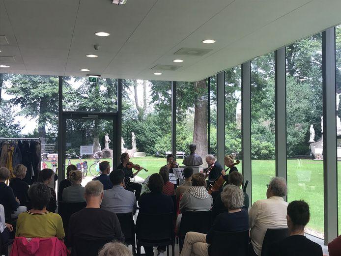 Het Alumni Kwartet speelt bij het Museum voor Naastenliefde Peerke Donders tijdens Beethoven op de fiets.
