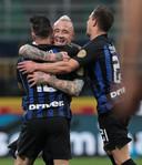 Matteo Politano wordt bejubeld na zijn goal.
