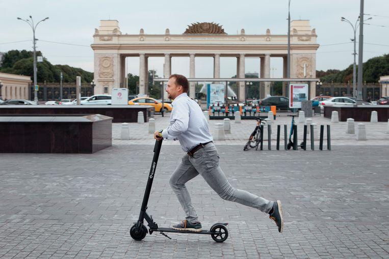Dmitri, een zakenman, laat voor de ingang van Gorki Park in Moskou zien hoe het steppen werkt. Beeld Emile Ducke