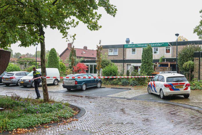 Politie bij het hotel in Bant waar vorige een vechtpartij plaatsvond.