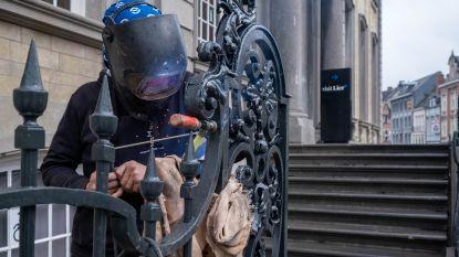 Smeedijzeren hekwerk keert na zeven maanden restauratie terug naar stadhuis
