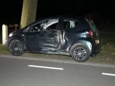 Automobilist neemt de benen na aanrijding met boom in Markelo