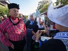 Afzwaaiend burgemeester Urk duikt (eindelijk) op in klederdracht
