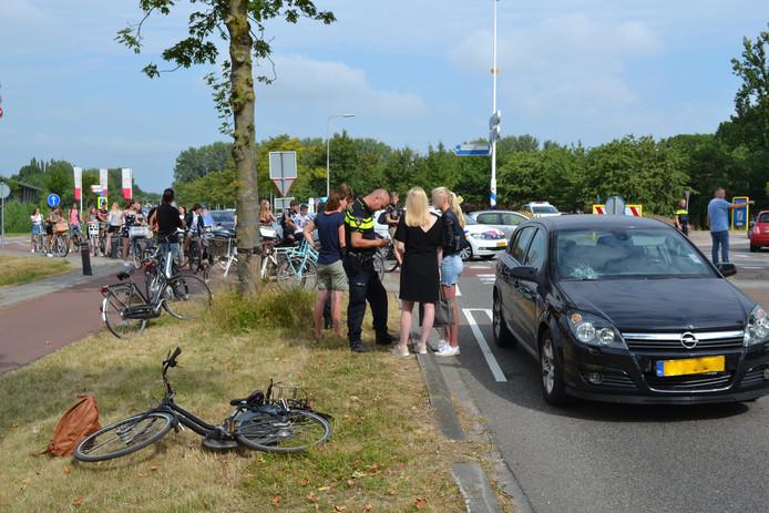 Tussen Bemmel en Haalderen vond op de N839 een ongeval plaats. Daarbij werd een scholiere op de fiets aangereden door een automobiliste.  foto: Dylan Jünemann/Persbureau Heitink