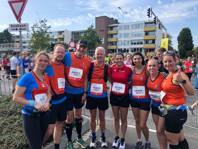 Lopersgroep Run for Health uit Venray start voor de halve marathon van Marathon Eindhoven.