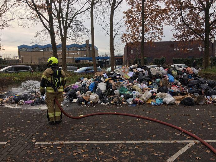 De brandweer moest de hele container legen voor de brand geblust kon worden.