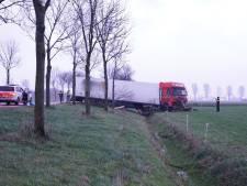 Dronken vrachtwagenchauffeur crasht en schiet weiland in bij Beuningen